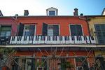 Kreative Verkleidung eines Balkongeländers. Die Musik lebt sogar auf dem Balkon