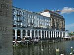 Das ist nicht Venedig sondern eine imposante Fassade in Hamburg
