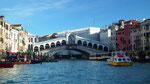 Vor der Rialto-Brücke gibts starken Gondel-, Boots- und Schiffsverkehr