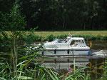 Auch kleine Boote tuckern gemütlich auf dem Kanal