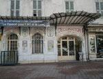 Ein altes Hotel mit schöner Wandbemalung dient heute einer Kunst-Galerie.