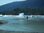 Am flachen Ufer kann man die Füsse im Eiswasser abkühlen