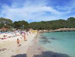 Der kleine Sandstrand in der Cala Mondrago . . .