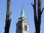 Wer ragt höher: Die Kirchturmspitze oder die beiden Bäume ?