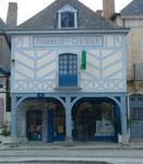 Ebenfalls gute restauriert die Pharmacie Centrale