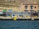 Der sehr kleine Hafen (auch für riesengrossen Kreuzfahrtschiffe)
