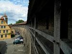 Blick auf die Stützpfeiler der Wehrmauer