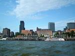 Blick auf die Ufer-Cafés und die schönen Gebäude