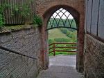 Kleiner Ausgang an der Ringmauer in die grüne Landschaft