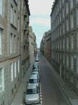 Blick von der Stadtmauer in eine enge Strasse.