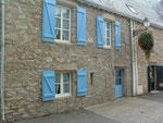 mit den typischen blauen Fensterläden