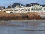 An den Ufermauern sind die riesigen Tiden-Unterschiede deutlich zu sehen