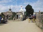 Pferdefuhrwerke und hübsche Häuser wie aus einem anderen Jahrhundert