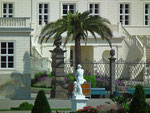 Statue im Palmenschatten