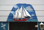 Liebevolles Detail über der Eingangstür eines Seemannshauses