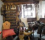 Im unteren Stockwerk eine schön eingerichtete Schuhmacherei