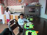 Die Kinder tischen selber und waschen auch ihren Teller ab