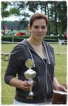 Maike mit dem Siegerpokal von Nanu aus dem Wendland