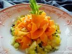 Karotten Tagliatelle mit einem Gemüse Ragout.
