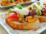Ratatouille Gemüse, Brot und Burrata.