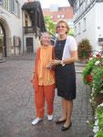 Ursula Laquay-Ihm und Frau Popovic vor dem Kameralamt in Waiblingen (0468)