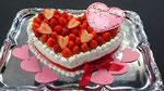 ウェディングケーキ、ハート型。リボンとハート型チョコレートでかわいらしくデザインしました