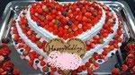 ウェディングケーキ、ハート型2段。苺を盛りだくさん飾っています。