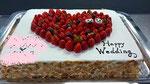 ウェディングケーキ、スクエア型。ハートデコレーションに苺人形の飾り。側面にはアーモンドスライスを貼りつけております