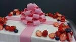 ウェディングケーキ、スクエア型リボン付。プレゼントボックスのイメージで