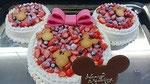 ウェディングケーキ、キャラクターデザイン。リボン、クッキー、キャラクター型チョコプレート