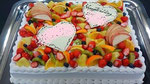 ウェディングケーキ、スクエア型。いろどりフルーツ飾り盛りだくさん。