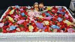 ウェディングケーキ、スクエア型。チョコレート細工でキャラクター人形と船、魚を人数分作りました。苺も盛りだくさん。