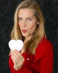Vera Mickenbecker als Flirtlehrerin mit Herz