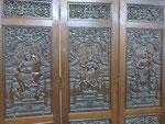 Skulpturen, Textilien, Holzschnitzereien, Schwerter und mehr