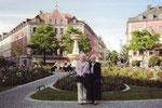 2008: mit Mutter vor dem Theater in München