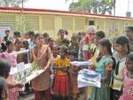 Die Mädchen fertigten ein Modell des Deenabandhu Heims