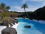 Das weiße Schwimmbecken hat César Manrique extra für dieses Höhlenystem entworfen