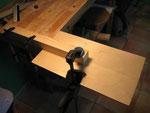 Y empezamos a serrar, con la madera anclada hacia abajo, para ver bien la silueta por donde hay que cortar.