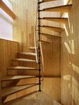 階段室 段板は国産栗の集成材を使用。