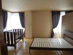 寝室 カーテンは以前から使っていたのを再利用です。