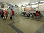 Noch schnell den 2. Platten flicken im Bahnhof von Dortmund.