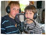 Zwei junge Sänger aus der musikalischen Frühförderung nehmen eine CD auf