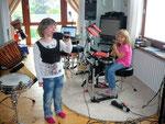 Sängerin aus der musikalischen Frühförderung beim gemeinsamen Musizieren