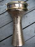 Darbuka aus der Türkei, eine leichte Aluminiumtrommel mit sehr hellem und lautem Klang.