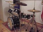 Das Junior-Set, hier können tatsächlich kleine Trommler ab 6 Jahren richtig Schlagzeug spielen. Kein albernes Spielzeugset, lediglich kürzere Stangen und kleine Kessel. Nicht wirklich viel leiser als ein großes Schlagzeug.