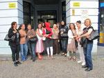 Berlin - Stadt der Vielfalt. Das trifft ja auch auf die TIO-Teilnehmerinnen zu. Die Teilnehmerinnen des Qualifizierungsprojektes vor den Toren des Projektes ...