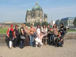Die TIO-Teilnehmerinnen vor dem Berliner Dom.