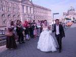 Zuflällig begegnen die Teilnehmerinnen diesem strahlenden Hochzeitspaar.