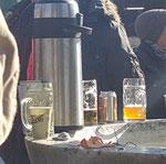 kaltes Bier und warmer Kaffee