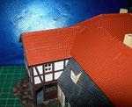 bei Auhagen ist das Dach des Anbaus mit Teerpappe eingedeckt, ich habe aus Bastelplatte ein Schindeldach hergestellt